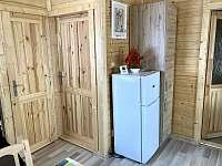Chata Naďa na Velkém Rybníku - lednice a vstup do ložnice a koupelny - k pronájmu Hroznětín - Velký Rybník