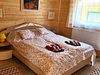 Chata Naďa na Velkém Rybníku - ložnice s manželskou postelí - k pronajmutí Hroznětín - Velký Rybník