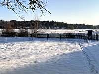 Chata Naďa na Velkém Rybníku - zahrada v zimě - pronájem Hroznětín - Velký Rybník