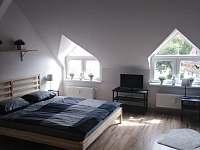 Ložnice č.1 s manželskou postelí a 2 samostatné lůžka - apartmán k pronajmutí Vejprty