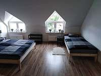 Ložnice č.1 s manželskou postelí a 2 samostatné lůžka - apartmán ubytování Vejprty