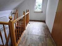 Dům u lesa - chodba 1.p - chata k pronájmu Nové Hamry