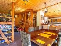 Kalahari - společenská místnost s kuchyní - chata k pronájmu Loučná pod Klínovcem