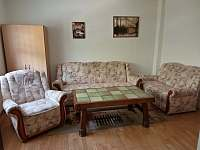 Obývací pokoj s rozkládací sedačkou - chalupa k pronajmutí Vejprty