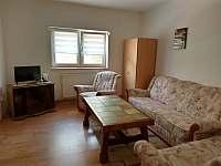 Obývací pokoj s rozkládací sedačkou druhá fotka - chalupa ubytování Vejprty