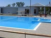 bazén a sportovní areál Strupčice 1,5km - pronájem chalupy Hošnice