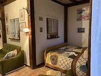 manželská postel - chalupa k pronajmutí Hošnice