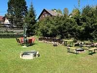 Zahradní sezení s ohništěm - chalupa k pronajmutí Bublava