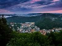Karlovy Vary z rozhledny Tři kříže