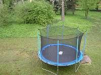 trampolína na zahradě - rekreační dům ubytování Vejprty