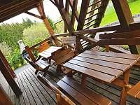 Posezení na dolní terase před jídelnou - Klíny