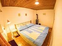 ložnice s manželskou postelí v přízemí - chata ubytování Jáchymov - Nové Město