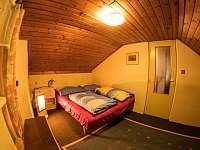 ložnice v 1. patře s dětskou postýlkou - chata k pronájmu Jáchymov - Nové Město