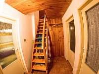 vstupní chodba a schodiště - chata k pronájmu Jáchymov - Nové Město