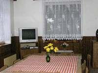 Chalupa REVOS - splečenská místnost s jídelnou