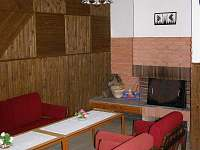Chalupa REVOS - společenská místnost pohled na krb