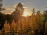západ slunce ze zahrady - chalupa k pronájmu Kraslice
