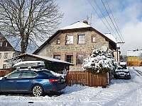 výhoda dostupného parkování v zimě - chata k pronajmutí Abertamy