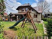 zahrada s krytou terasou a hřištěm - pronájem chaty Abertamy