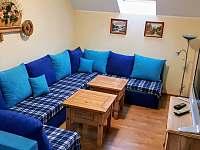 obývací pokoj v podkroví - chalupa k pronájmu Hroznětín