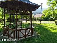 Pohled na chatu z lázeňského parku - k pronájmu Klášterec nad Ohří