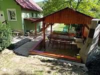 Sezení u chaty s grilem - za každého počasí - k pronájmu Klášterec nad Ohří