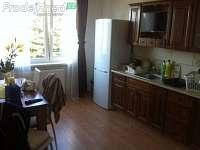 kuchyne s jidelni stolem