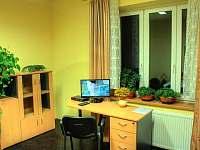 Lukrecie - ložnice s pracovním stolem - ubytování Ústí nad Labem
