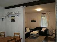 kuchyň propojená s obývacím pokojem - chalupa k pronajmutí Tisová