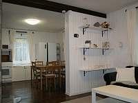obývací pokoj propojený s kuchyní - pronájem chalupy Tisová