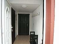 vchod do chalupy - chodba - Tisová