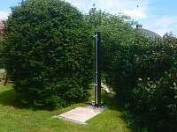 DŮM POD SEDLEM - venkovní sprcha - rekreační dům k pronajmutí Ústí nad Labem