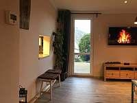 obývací pokoj s podávacím okénkem na kuchyně - rekreační dům k pronajmutí Ústí nad Labem