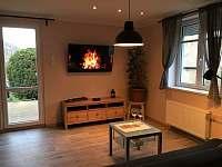 obývací pokoj se vstupem na relaxační terasu s příjemným podvečerním posezením - rekreační dům k pronájmu Ústí nad Labem