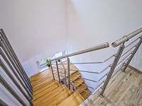 Schodiště mezi ložnicemi a obývacím prostorem - pronájem vily Loučná pod Klínovcem