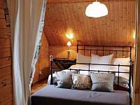 ložnice v patře - chata k pronájmu Kovářská