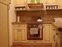 Kuchyň ve velké roubence