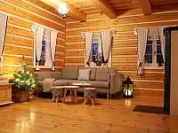 Obývací pokoj ve velké roubence