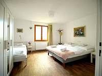 1.patro ložnice se třemi lůžky - rekreační dům k pronajmutí Hroznětín