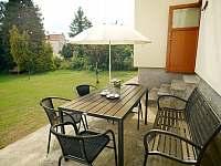 posezení na zahradě - rekreační dům k pronájmu Hroznětín