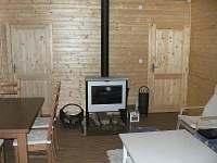 Obývací pokoj - krbová kamna - chata k pronájmu Klíny