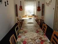 společenská místnost - chalupa k pronájmu Hora Svatého Šebestiána