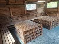 Posezení v zahradní boudě - chata k pronajmutí Abertamy