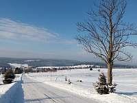 Pohled na Horní Blatnou (pár desítek metrů od domu po této silnici)