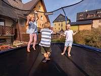 Pro děti - trampolína a pískoviště na terase - Boží Dar