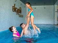Vodní svět - bazén se slanou vodou a protiproudem - ubytování Boží Dar