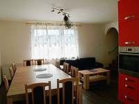 obývák s kuchyní - chalupa k pronajmutí Kovářská