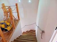 schodiště do patra - chalupa k pronajmutí Kovářská
