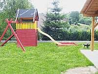 zahrada s dětskou prolézačkou - chalupa k pronajmutí Kovářská