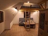 2.patro obývací část s rozkládacím gaučem + spaní v podkroví. - chata ubytování Měděnec